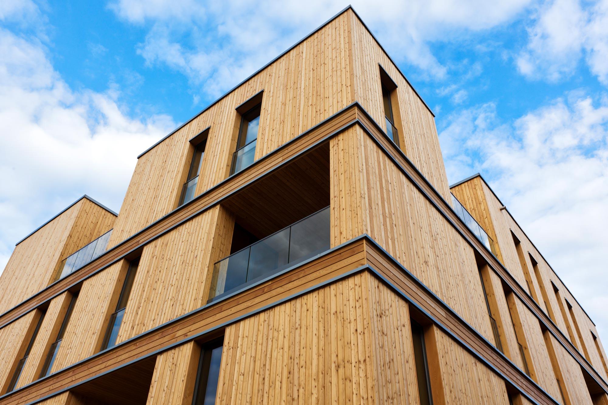 Modernes Gebäude mit Holzfassade
